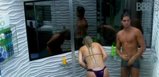 19.mar.2013 - André e Fernanda tomam banho juntos antes da decisão do paredão