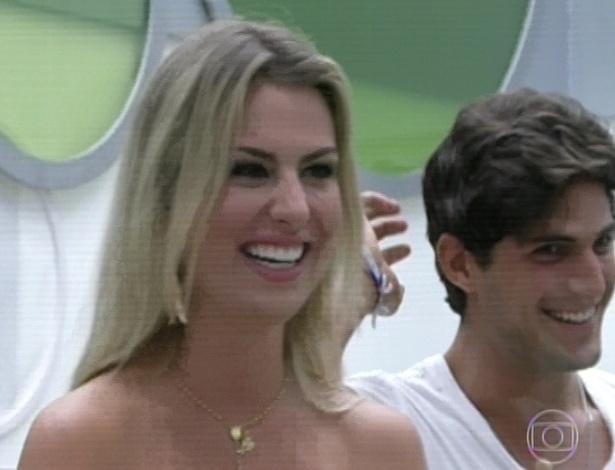 """19.mar.2013 - André e Fernanda vêem seus familiares na 12° eliminação do """"BBB13"""""""