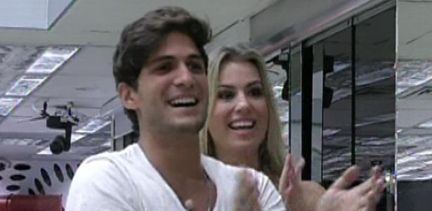 19.mar.2013 - André e Fernanda vêem seus familiares na 12° eliminação do