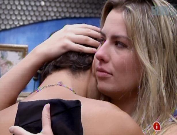 19.mar.2013 - André se emociona ao arrumar a mala e Fernanda pede para o