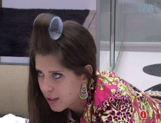 19.mar.2013 - Andressa analisa o paredão de André e Fernanda em conversa com Nasser