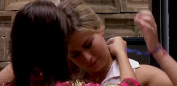 19.mar.2013 - Andressa dá colar de Nossa Senhora Aparecida para Fernanda e deseja sorte