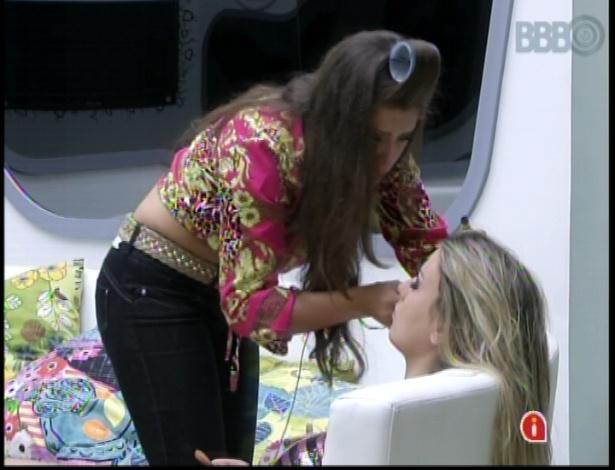 """19.mar.2013 - Andressa maquia Fernanda para noite de paredão no """"BBB13"""""""
