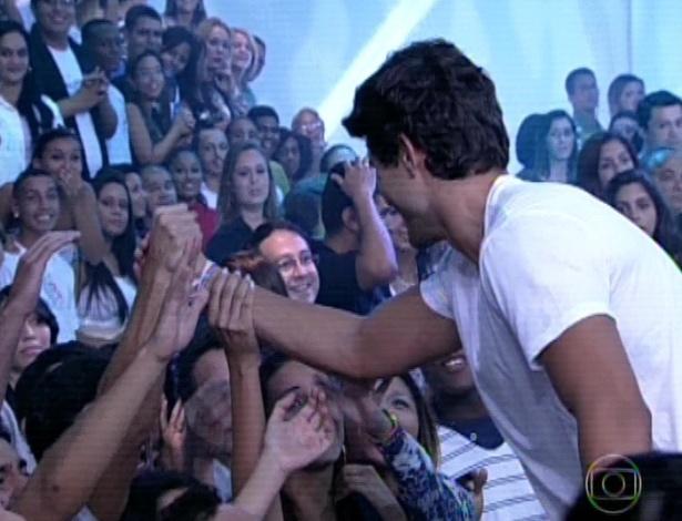 """19.mar.2013 - Com 74,87 André foi eliminado do """"BBB13"""". Fernanda obteve 25,13% dos votos. O capixaba cumprimenta os fãs"""