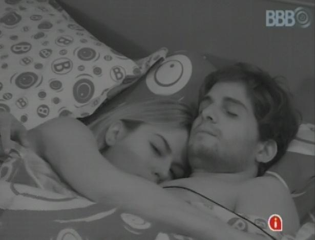 18.mar.2013 - Fernanda chora abraçada a André.