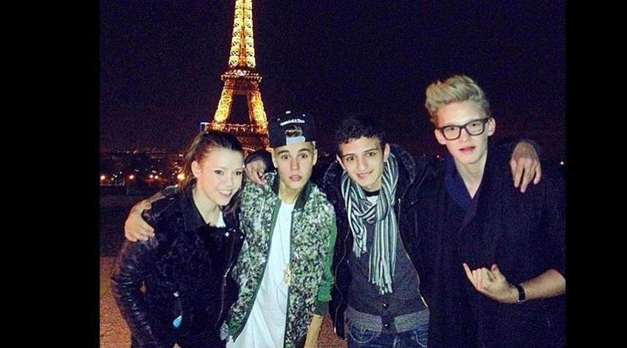 """18.mar.2013 - Justin Bieber visitou a Torre Eiffel, em Paris, França, acompanhado de alguns amigos. Segundo nota da revista """"People"""", o cantor passeou pelo Arco do Triunfo e conheceu o badalado cabaré Moulan Rouge"""