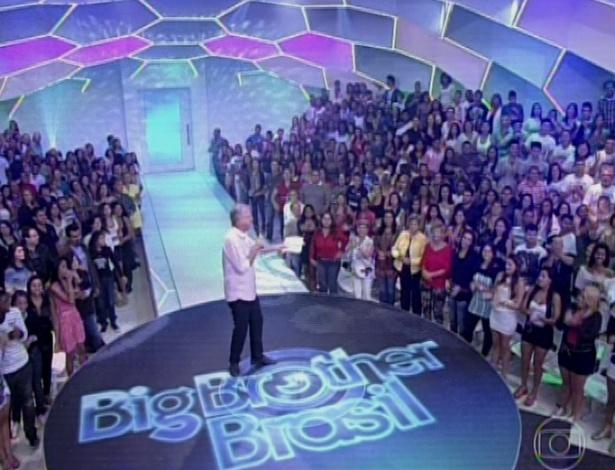 """19.mar.2013 - Pedro Bial apresenta a família de André e Fernanda na 12° eliminação do """"BBB13"""""""