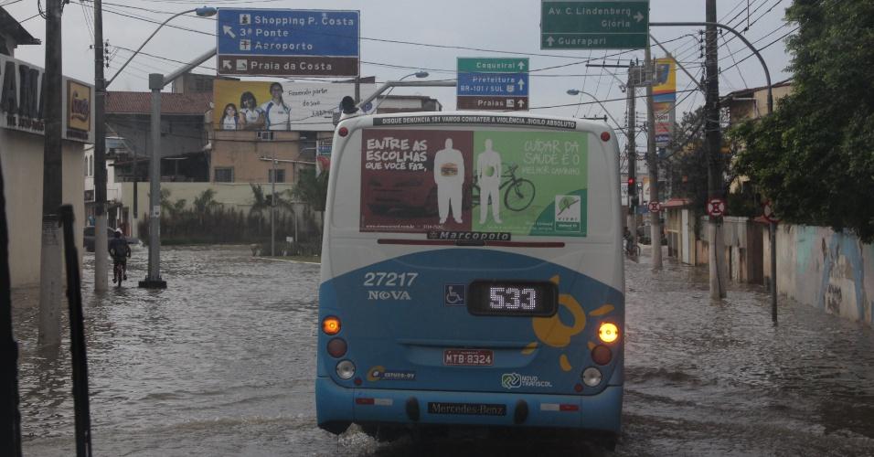 19.mar.2013 - A chuva desta terça-feira (19) alagou as ruas próximas ao Terminal de Vila Velha, na região metropolitana de Vitória, e deixou os passageiros ilhados