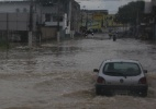 Chuva deixa passageiros ilhados em terminal de Vila Velha - Flávia Bernardes/UOL