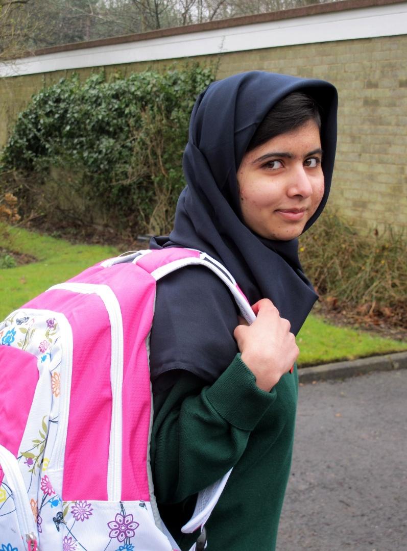 19.mar.2013 - A jovem paquistanesa Malala Yousafzai, 15, volta às aulas em Birmingham, na Inglaterra, um mês e meio depois de ter sido submetida a uma cirurgia na cabeça. A jovem foi atingida com um tiro na cabeça em um ataque dos talebans contra o ônibus escolar no qual ia para o colégio em outubro de 2012, no Vale do Swat (noroeste do Paquistão). Os talebans queriam puni-la por seu engajamento em favor do direito das jovens de frequentar a escola