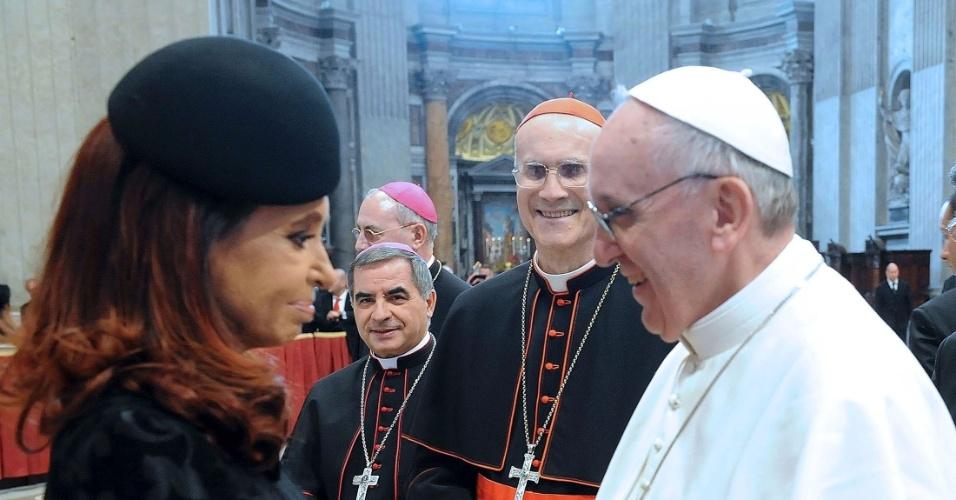 19.mar.2013 - A presidente da Argentina, Cristina Kirchner, cumprimenta o papa Francisco após a missa de inauguração do papado do sucessor de Bento 16