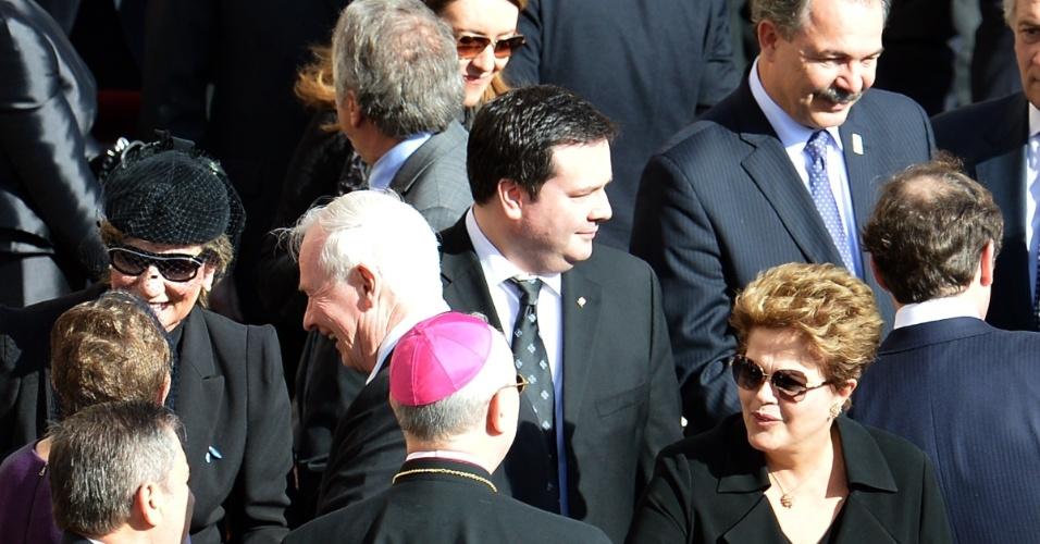19.mar.2013 - A presidente Dilma Rousseff cumprimenta um bispo na praça de São Pedro, no Vaticano, durante a missa inaugural do papa Francisco