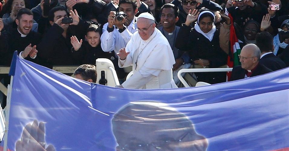 19.mar.2013 - Antes do início da missa inaugural, o papa Francisco desfilou pela praça de São Pedro, no Vaticano, pela primeira vez a bordo do papamóvel