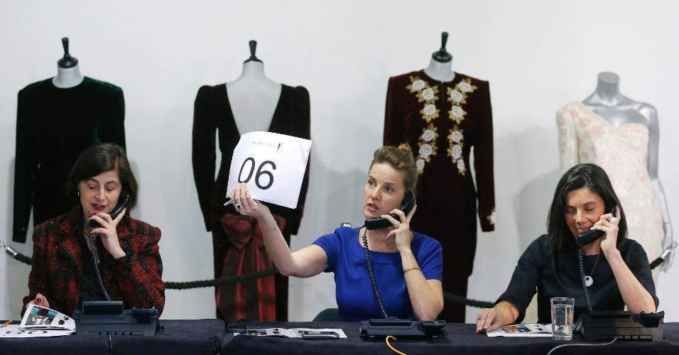 19.mar.2013 - Atendentes recebem lances por telefone nesta terça-feira (19), em uma casa de leilões de Londres, durante o leilão de dez vestidos que pertenceram à princesa Diana, que foi casada com o príncipe Charles da Inglaterra. Os vestidos, incluindo o que ela usou quando dançou com o ator John Travolta em um jantar na Casa Branca, foram arrematados por 862.800 libras (o equivalente a R$ 2,5 milhões). Diana morreu em 1997, num acidente de carro em Paris