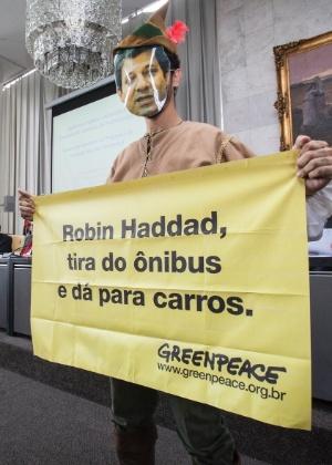 Ativista do Greenpeace protesta contra o reembolso da taxa de R$ 47,44 aos motoristas aprovados na inspeção veicular na cidade de São Paulo - Paulo Pereira/Greenpeace