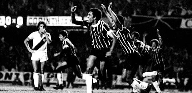 Basílio celebra o gol do título do Corinthians sobre a Ponte Preta em 1977
