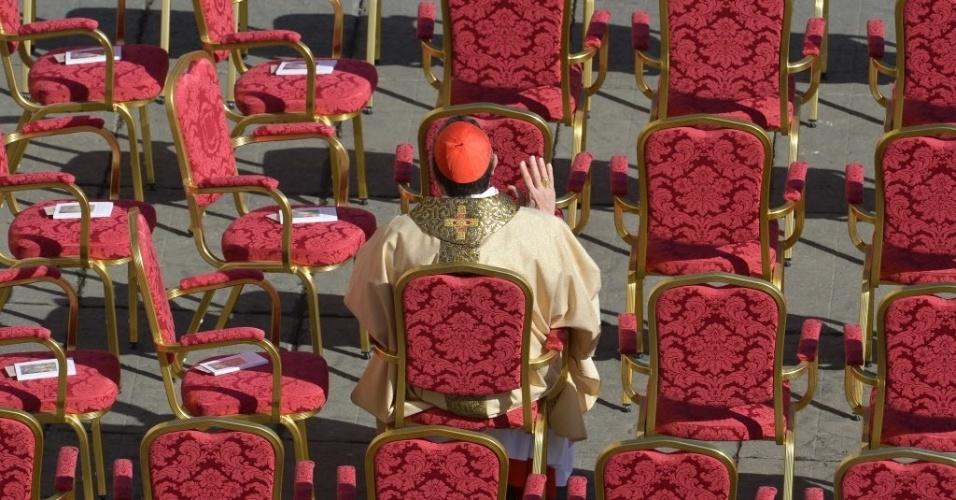 19.mar.2013 - Cardeal se senta em área reservada, para acompanhar a missa inaugural do papa Francisco, na praça de São Pedro, no Vaticano. Em sua primeira cerimônia, o Sumo Pontífice pediu aos religiosos e chefes de Estado presentes que