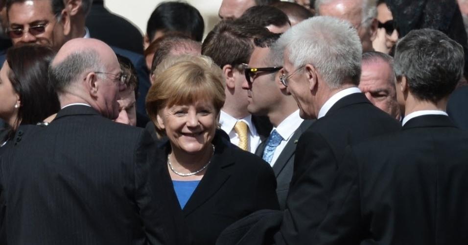 19.mar.2013 - Chanceler alemã, Angela Merkel (centro), conversa com representantes de Estado durante a missa inaugural do papa Francisco, na praça de São Pedro, no Vaticano