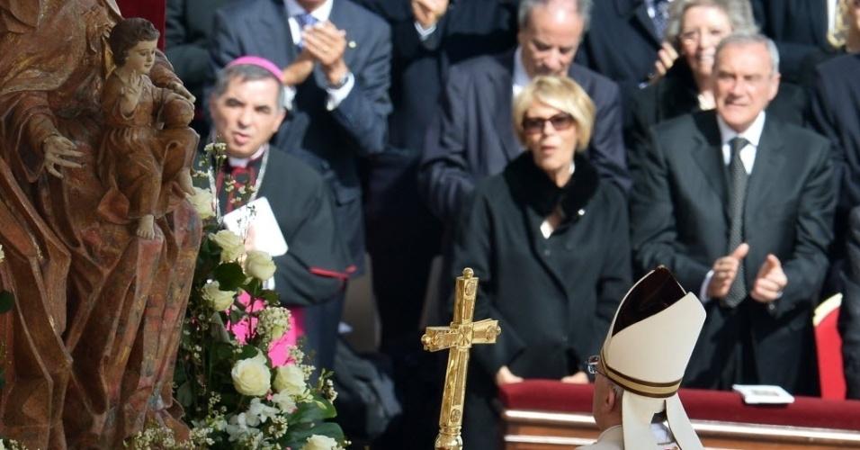 19.mar.2013 - Diante de estátua da Virgem Maria com o Cristo, papa Francisco celebra missa inaugural de seu papado na praça de São Pedro, no Vaticano