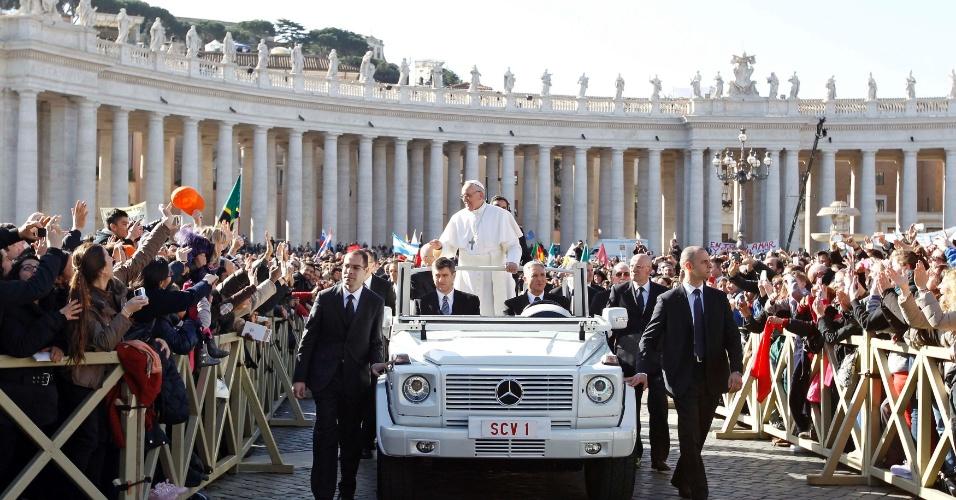 19.mar.2013 - Durante desfile pela praça de São Pedro, no Vaticano, o papa Francisco dispensou o vidro de proteção do papamóvel para ficar mais próximo aos fiéis