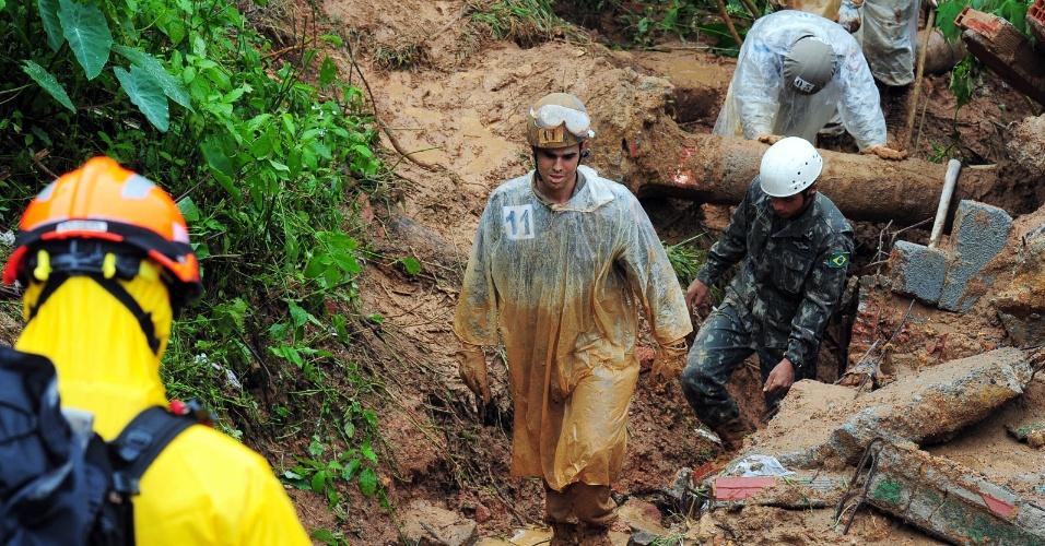 19.mar.2013 - Equipes do corpo de bombeiros e da Defesa Civil procuram vítimas em Petrópolis, cidade na região serrana do Rio de Janeiro atingida pelas fortes chuvas dos últimos dias