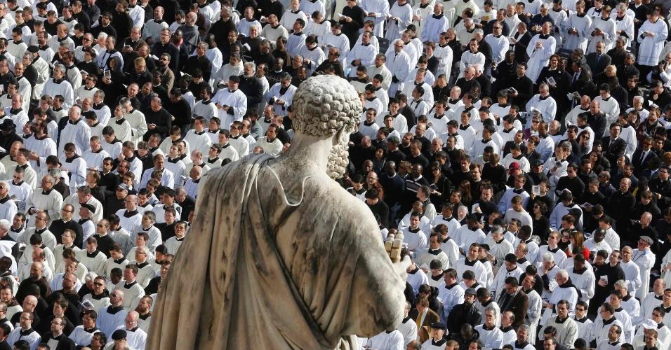 19.mar.2013 - Membros do clero são visto próximo à estátua de São Pedro durante a missa inaugural do papado de Francisco, sucessor de Bento 16