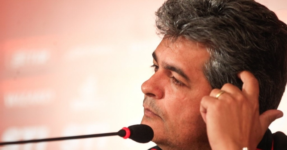 19.mar.2013 - Ney Franco concede entrevista coletiva após treinamento do São Paulo no CT da Barra Funda