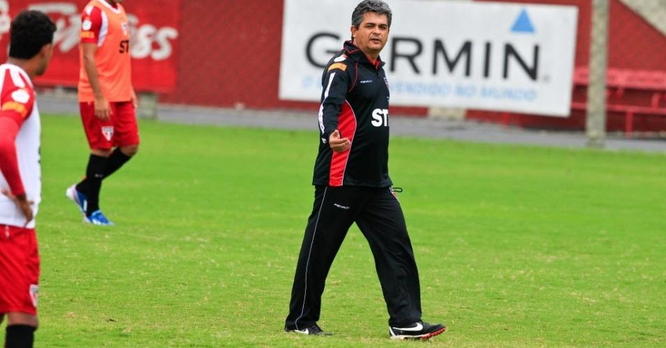 19.mar.2013 - Ney Franco gesticula com os jogadores do São Paulo durante treino no CT da Barra Funda
