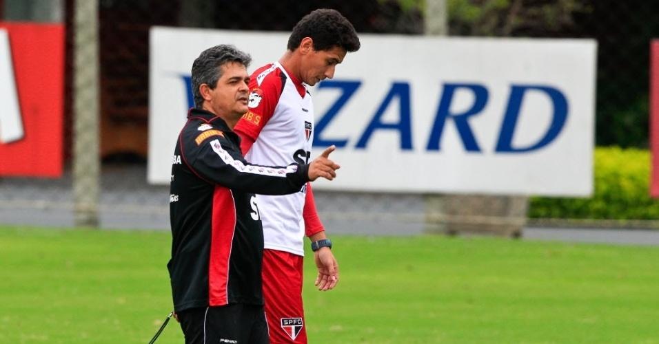 19.mar.2013 - Ney Franco posiciona o meia Paulo Henrique Ganso durante treino do São Paulo
