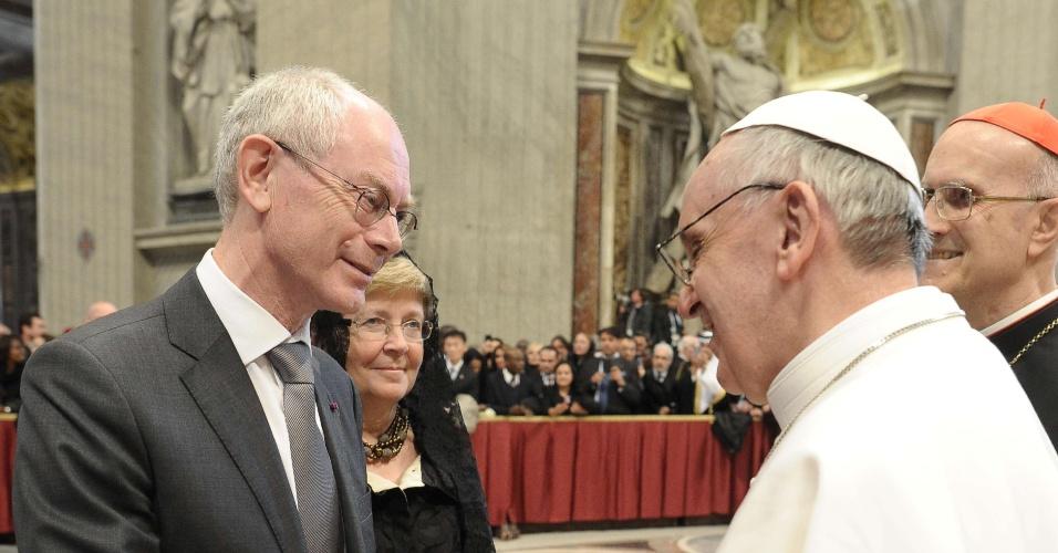 19.mar.2013 - O papa Francisco recebe o presidente do Conselho Europeu, Herman Van Rompuy, após a missa inaugural do novo papado da Igreja Católica. Ao todo, 132 delegações estrangeiras compareceram ao Vaticano para participar da cerimônia
