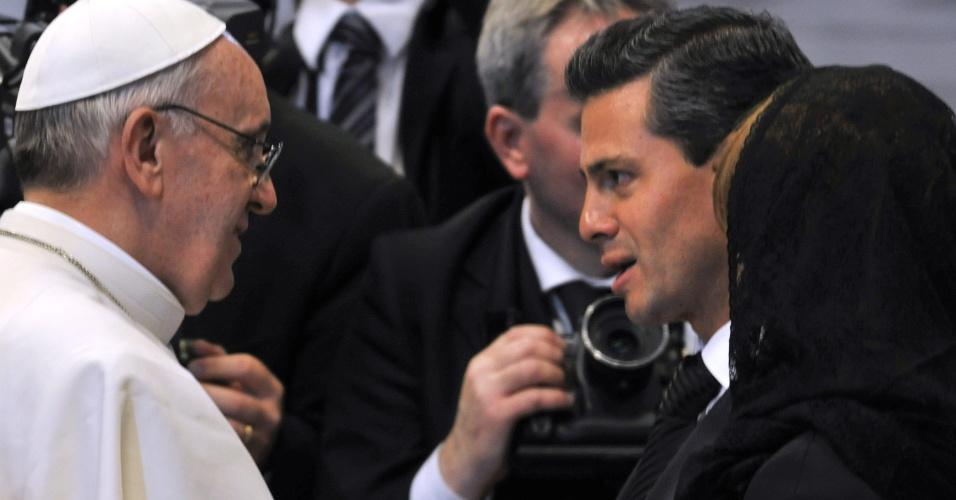 19.mar.2013 - O presidente mexicano, Enrique Peña Nieto chileno, conversa com o papa Francisco após missa inaugural do novo papado da Igreja Católica