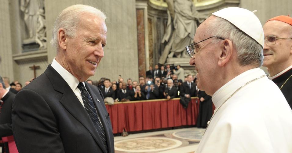 19.mar.2013 - O vice-presidente dos Estados Unidos, Joe Biden, cumprimenta o papa Francisco após missa inaugural do novo papado da Igreja Católica. Ao todo, 132 delegações estrangeiras que compareceram ao Vaticano para participar da cerimônia