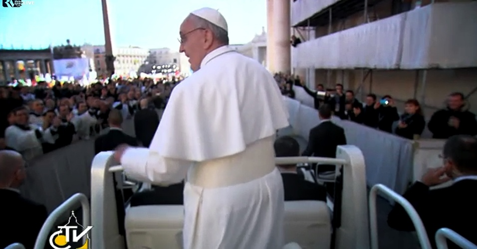 19.mar.2013 - Papa Francisco cruza a praça de São Pedro, no Vaticano, em carro aberto