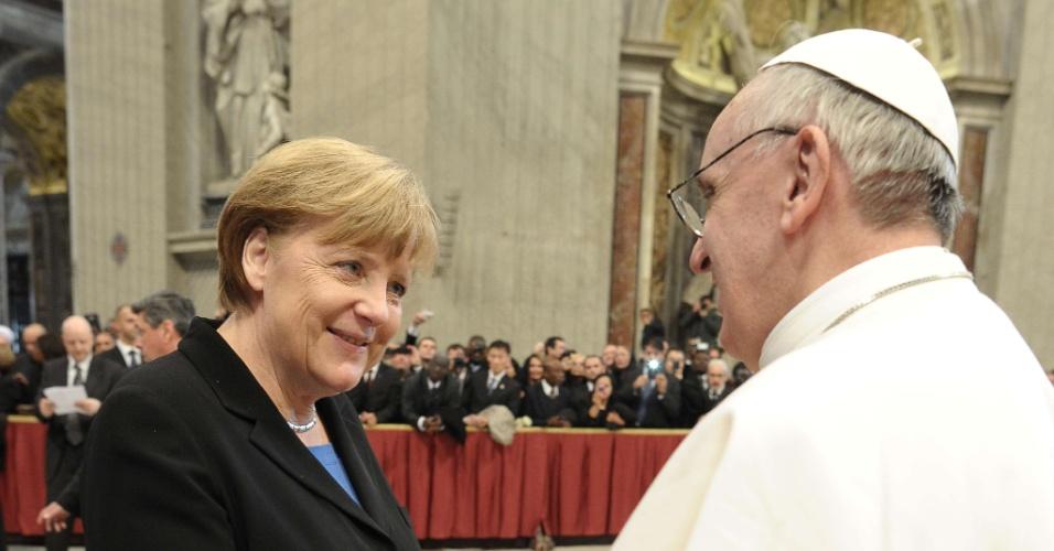 19.mar.2013 - Papa Francisco recebe os cumprimentos da chanceler alemã, Angela Merkel, após missa inaugural do novo papado da Igreja Católica. Ao todo, 132 delegações estrangeiras que compareceram ao Vaticano para participar da cerimônia
