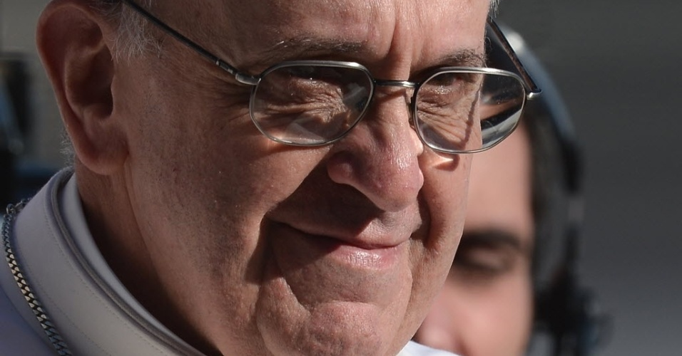 19.mar.2013 - Papa Francisco sorri durante sua missa inaugural, na praça de São Pedro, no Vaticano. Em sua primeira cerimônia, o Sumo Pontífice pediu aos fiéis e chefes de Estados presentes que cuidem daqueles que têm