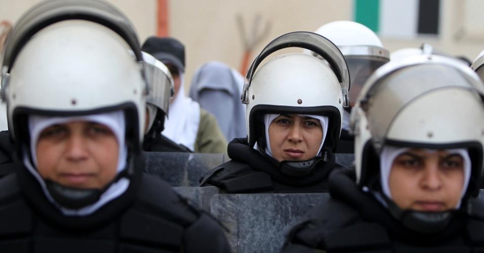 19.mar.2013 - Policia feminina palestina se posiciona durante  cerimônia de graduação na cidade de Gaza