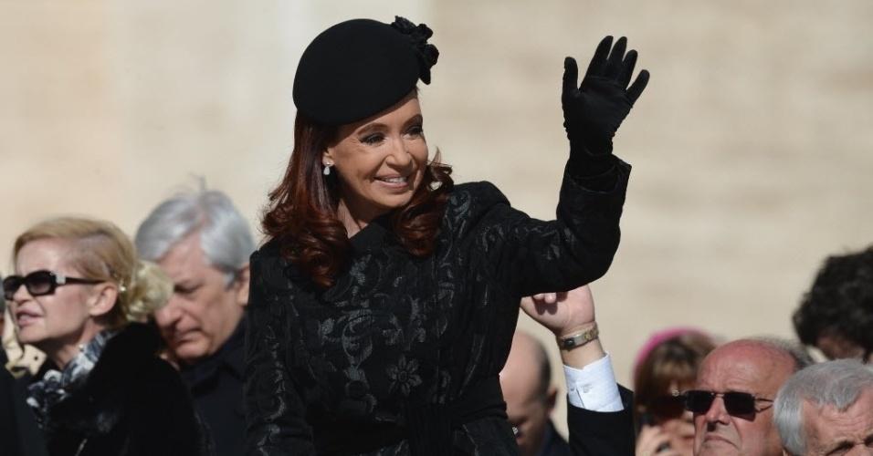 19.mar.2013 - Presidente da Argentina, Cristina Kirchner (centro), acena para fiéis ao chegar para a missa inaugural do papa Francisco, na praça de São Pedro, no Vaticano
