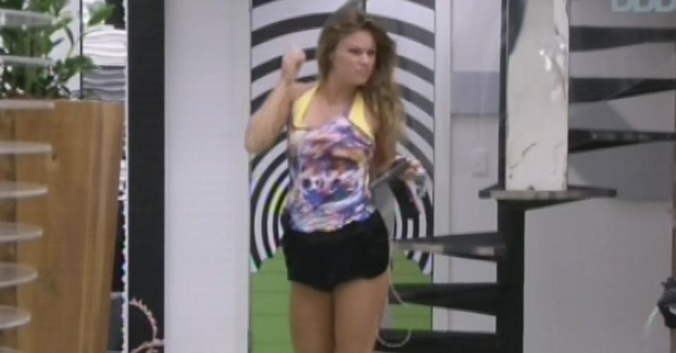19.mar.2013 - Primeira a levantar, Natália se dirige para a sala