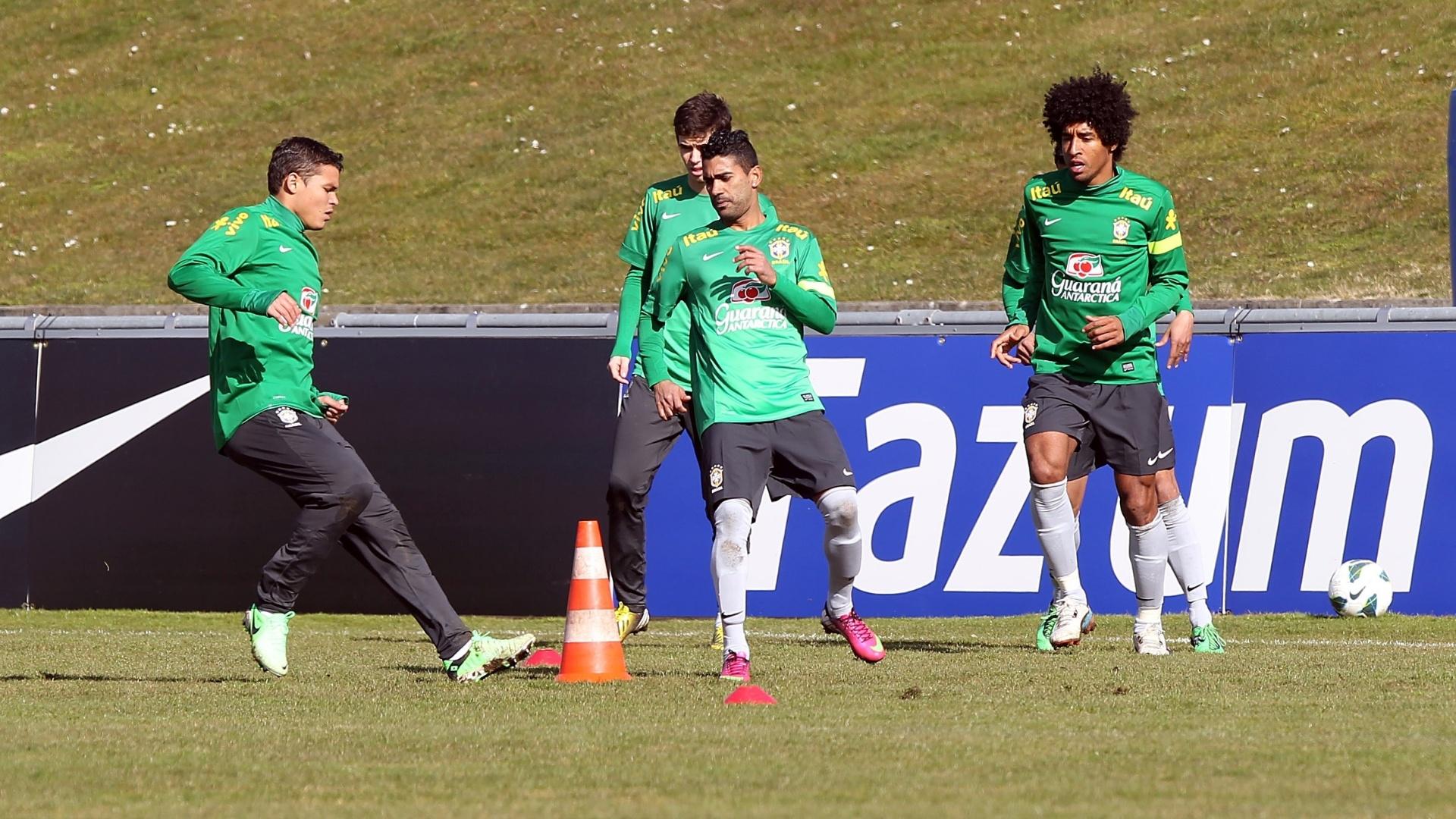Com Thiago Silva (e) e Dante (d), seleção brasileira treina pela primeira vez em Genebra, na Suíça