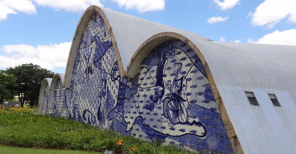 Igreja São Francisco de Assis, ou Igreja da Pampulha, em Belo Horizonte. Projetada por Oscar Niemeyer e inaugurada em 1943, possui mosaicos de São Francisco de Assis, desenhados por Cândido Portinari