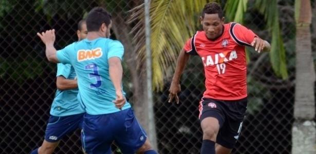 Léo, do Cruzeiro, disputa jogada com Marcão (dir.), do Atlético-PR, em jogo-treino