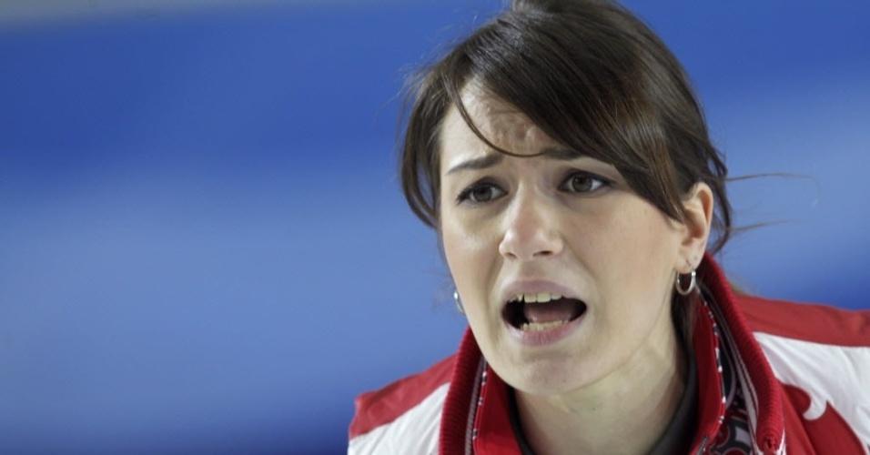 16.mar.2013 - A russa Anna Sidorova dá instruções para companheiras de seleção durante partida contra a Alemanha no Mundial de curling, na Letônia
