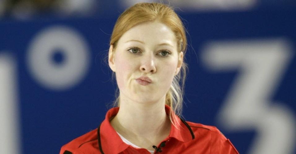 18.mar.2013 - A ruiva alemã Stella Heiss faz careta após jogada de sua seleção no Mundial de Culing