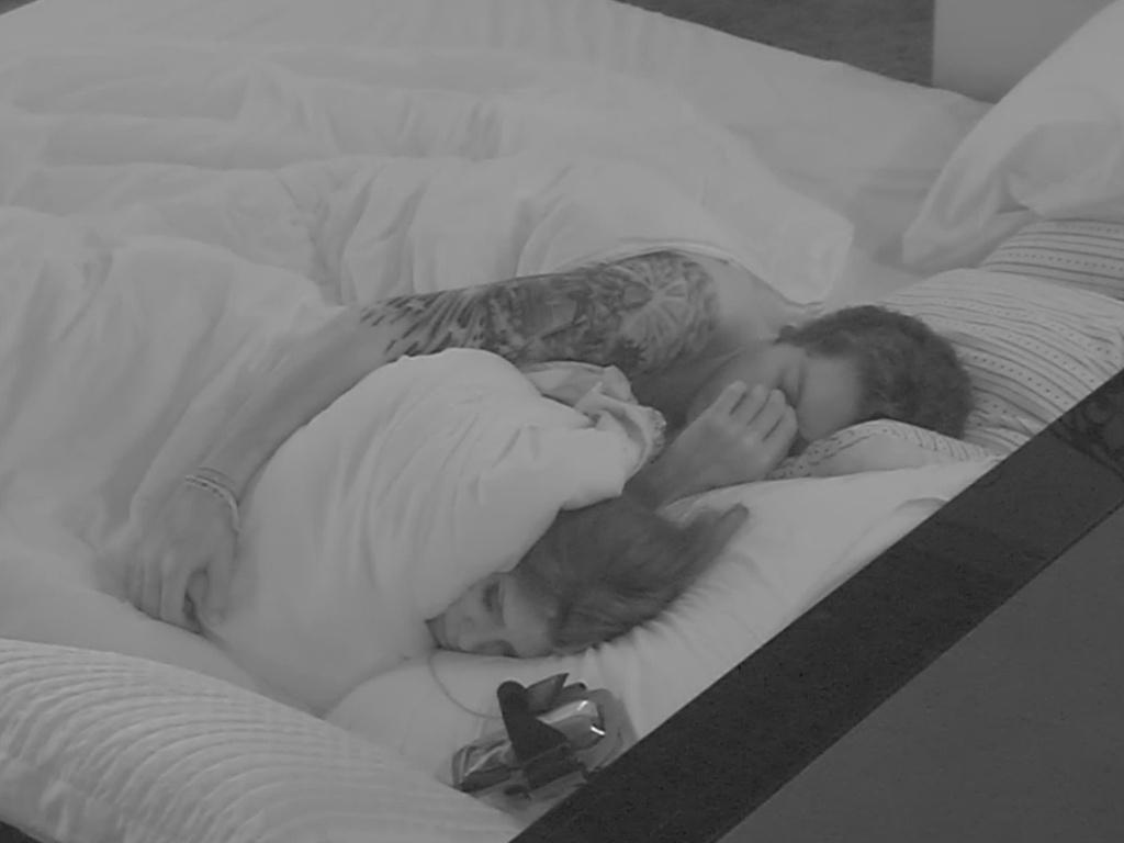 19.mar.2013 - Andressa e Nasser dormem juntos no quarto do líder