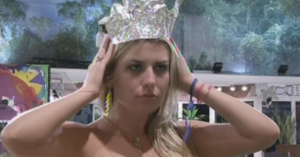 """19.mar.2013 - Fernanda coloca coroa de """"princesa"""" após eliminação de André"""