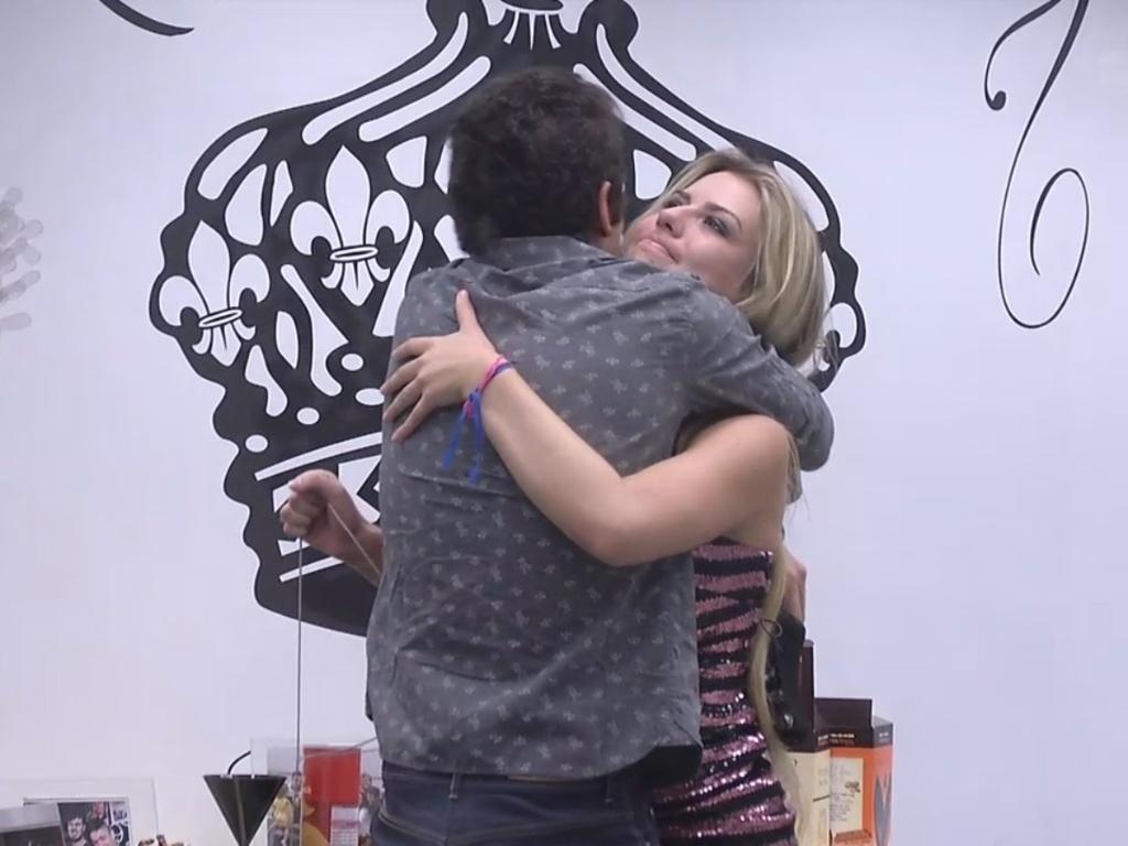 19.mar.2013 - Fernanda e Nasser se abraçam depois de longa conversa no quarto do líder