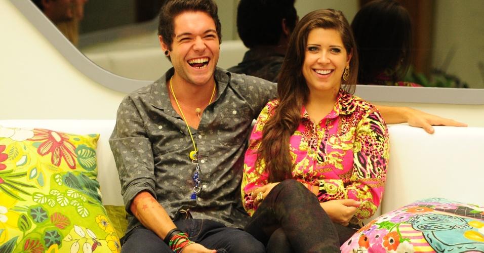 19.mar.2013 - Nasser e Andressa conversam com Bial antes da eliminação da noite