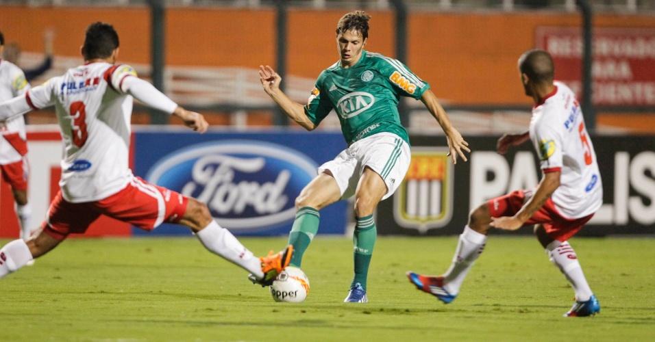 20.03.2013 - Atacante Kleber, do Palmeiras, tenta o passe cercado por dois marcadores
