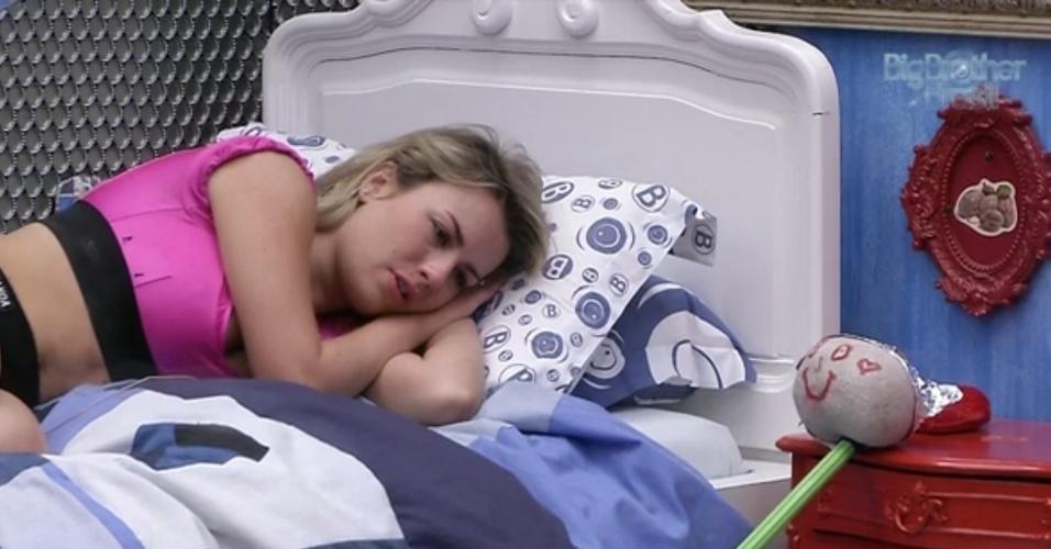 20.mar.2013 - Abalada, Fernanda deita ao lado do seu boneco no quarto Brechó. Na noite de terça (19), seu