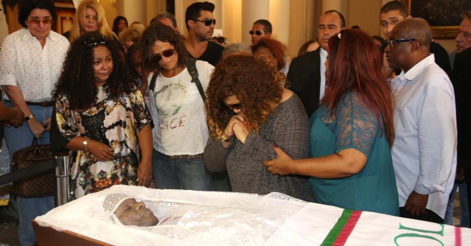 20.mar.2013 - Alcione participa do velório do cantor Emílio Santiago, que morreu nesta quarta-feira no Rio de Janeiro